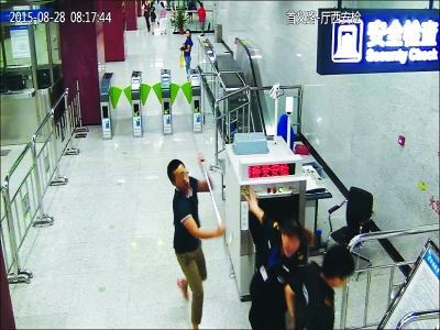 武汉一男子乘地铁拒检 殴打地铁安检员被拘