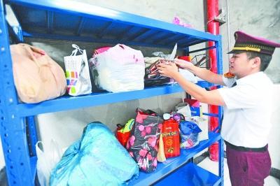 昨天,地铁3号线沌阳大道站,工作人员将近期乘客遗失物品放上专用货架