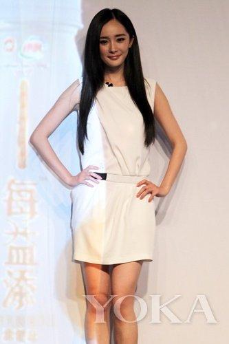 白色透明裙子美女
