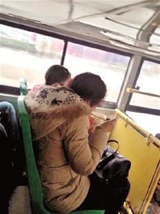 公交车上不讲文明 三排乘客都在吃味道还不重