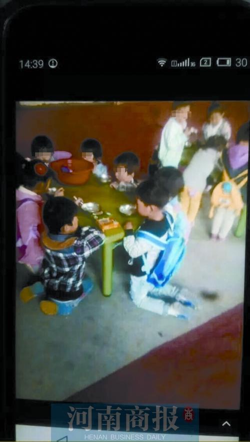 郑州一幼儿园被曝孩子跪地用餐老师称没有凳子