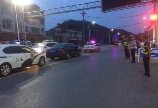 恩施市公路局路政交警联动 集中整治车辆超限