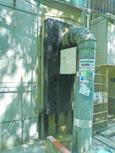 图为:餐厅设置烟道将油烟排入下水管道.