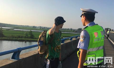 """俄罗斯留小伙""""穷游""""误入高速 民警为其上安全课"""