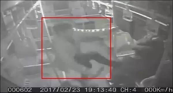 怒!女子抢公车司机钥匙 还喊来两男子持刀殴打