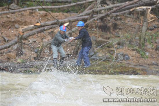 恩施持续暴雨袭电力设施 供电部门抢险保畅