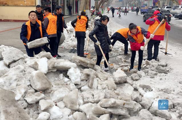荆门青年志愿者积极铲雪铲冰 力保市民出行方便