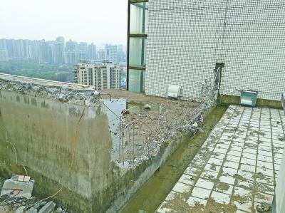 楼顶业主擅自拆除女儿墙 楼下居民担心影响安全