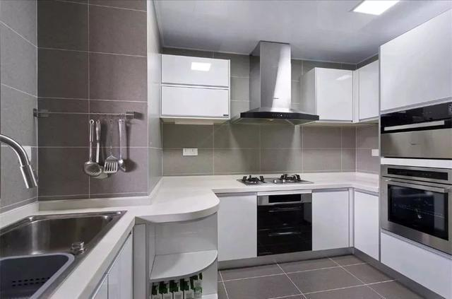 铺贴灰色水泥砖,搭配白色的烤漆橱柜,干净明亮;   双人位的洗手台面