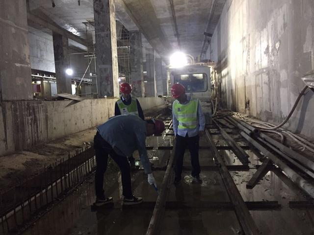 图为防雷中心检测人员对11号线东段光谷火车站进行跟踪检测。