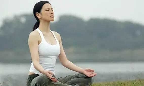 静坐十分钟 活过百年松 60岁练起都不算晚!