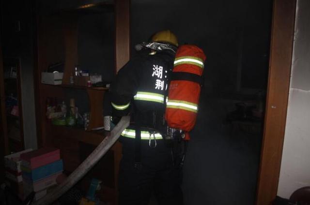 荆门一居民楼洗衣机着火 消防扑救及时无人员伤亡