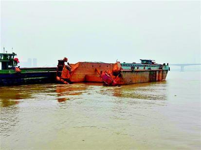 """图为:""""半截船""""漂向黄石长江大桥"""