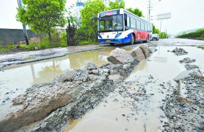 青王路破损不堪 513路公交车每天一半坏在路上