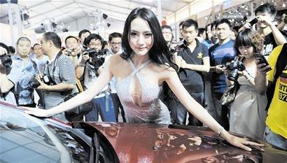 美女车模青春靓丽 日薪最高可达8000元(图)