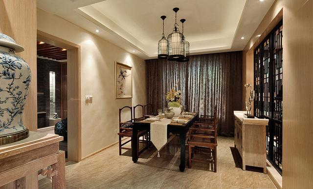 餐厅的几盏鸟笼灯,还有侧边的黑色屏风隔断,结合上实木餐桌椅搭配图片