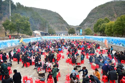 """远安办乡村年货节 吸引数千游客来""""打年货"""""""