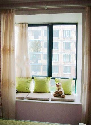 卧室飘窗窗帘效果图:休息室-卧室飘窗设计 角落里的精美小风情