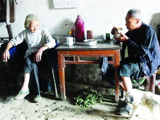 """传红安""""神仙奶奶""""12年粒米未进 自称只喝茶抽烟"""