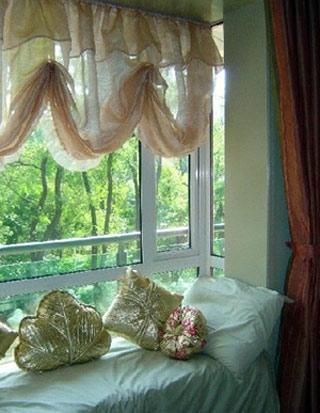 卧室飘窗窗帘效果图:飘窗变身单人床-卧室飘窗设计 角落里的精美小