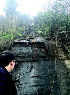 宜昌一村庄50余家养猪场粪水直排长江 臭味刺鼻