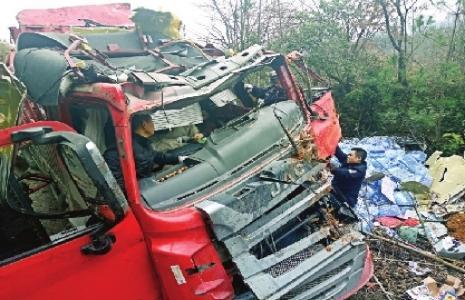 宜昌一地发生车祸 路遇车祸休假消防员挺身救人