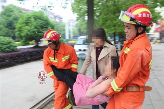 """枝江一女子犯病爬上窗台 消防及时""""撬门""""营救"""