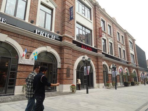 5、中国时尚流行品牌最全的商业步行街。 全球首次实现世界十大快时尚品牌在同一条街上比邻而居的盛况。 6、中国夜景最炫的商业步行街。 汉街的炫丽夜景与楚河景观带、四座跨河大桥交相辉映,成为武汉最具魅力的城市夜景旅游胜地。