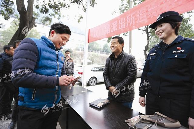 张湾警方帮忙讨工钱 15万欠薪现场发还给农民工