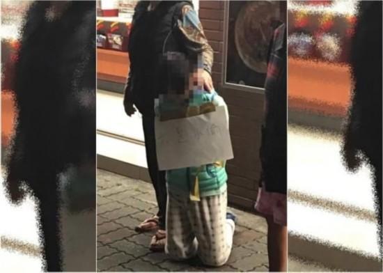 """女儿偷钱 被母亲罚当街跪地挂""""我是小偷"""""""