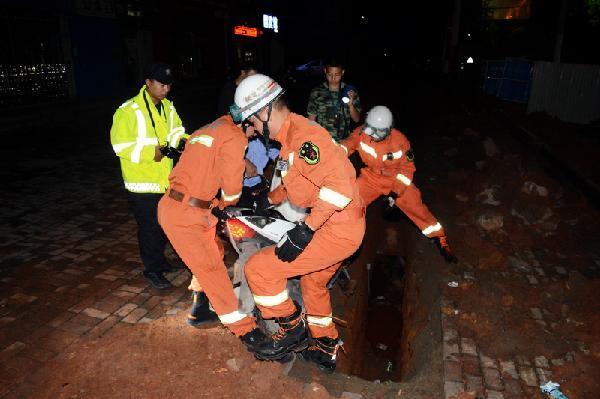醉酒大学生深夜将车骑进深沟 黄石消防紧急救援
