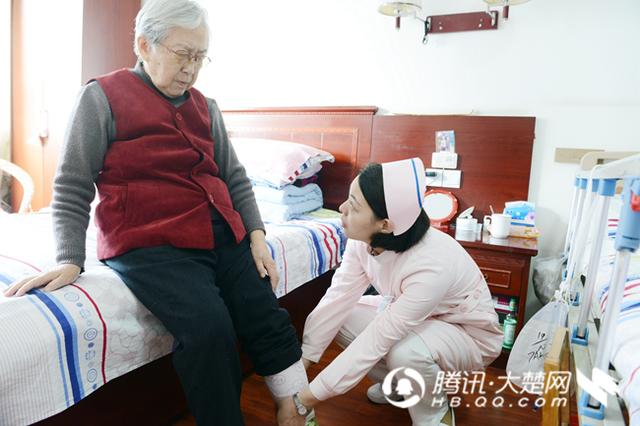 """护士金玲守护留守老人七年 因爱结缘为""""祖孙 """""""