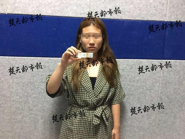 """女学生恋""""瘾君子""""欠十万校园贷 父母将其举报"""