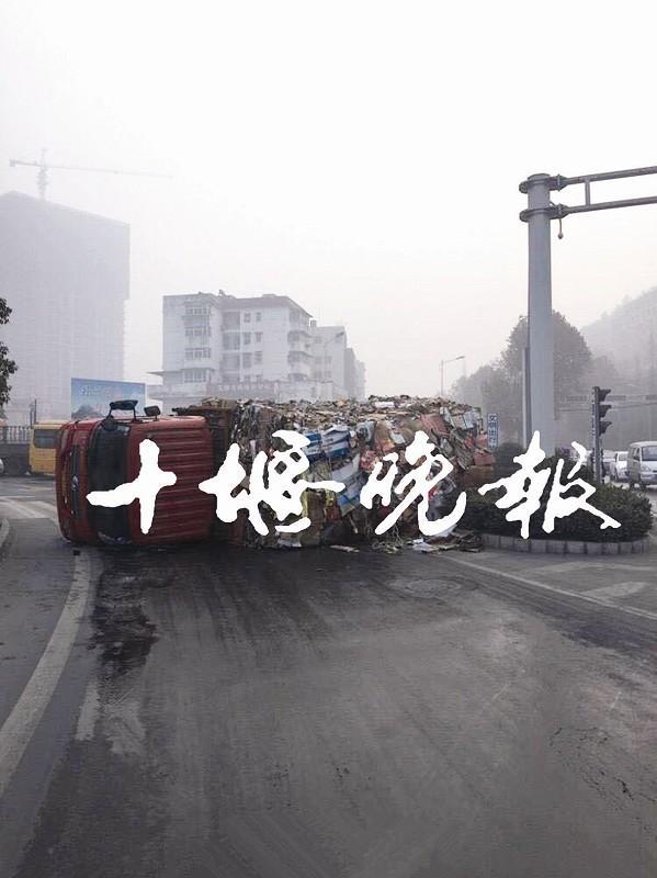 道路结冰 一辆满载废纸箱大货车道路中央侧翻高清图片