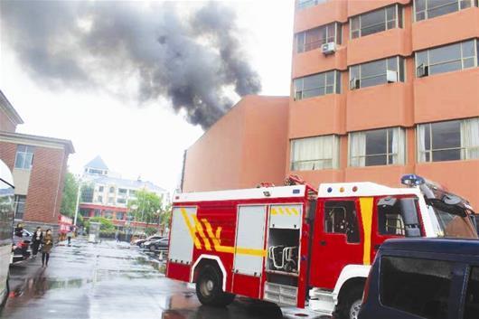 宜昌一大酒店三楼外平台起火 浓烟滚滚无人伤亡