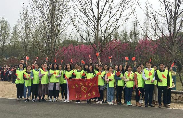 高校开展健康行徒步活动 共迎军运会
