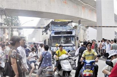 509路双层公交撞上限高梁 顶层被掀棚10人受伤