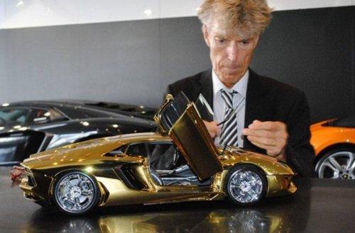 中东男子4500万人民币购纯黄金兰博基尼车模高清图片