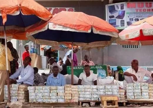 这个国家穷得只剩钱 点钞机比手机畅销