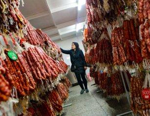 """女子为养娃卖香肠 做成最壮观""""民间工厂"""""""