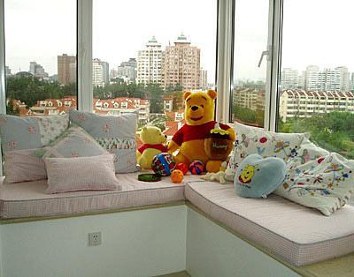 卧室飘窗窗帘效果图:飘窗变身会客区-卧室飘窗设计 角落里的精美小