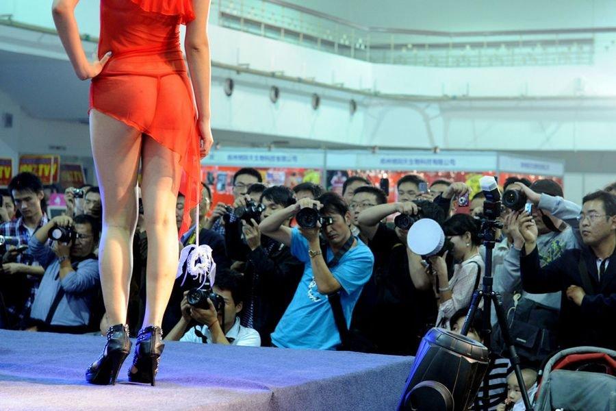 郑州中原性文化节上演开幕菜鸟:师情趣体验情趣内衣秀SM表演图片