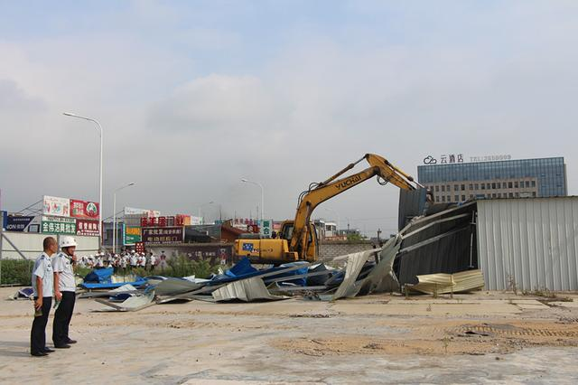 襄州城管助力拆除新世纪建材市场超期钢构房