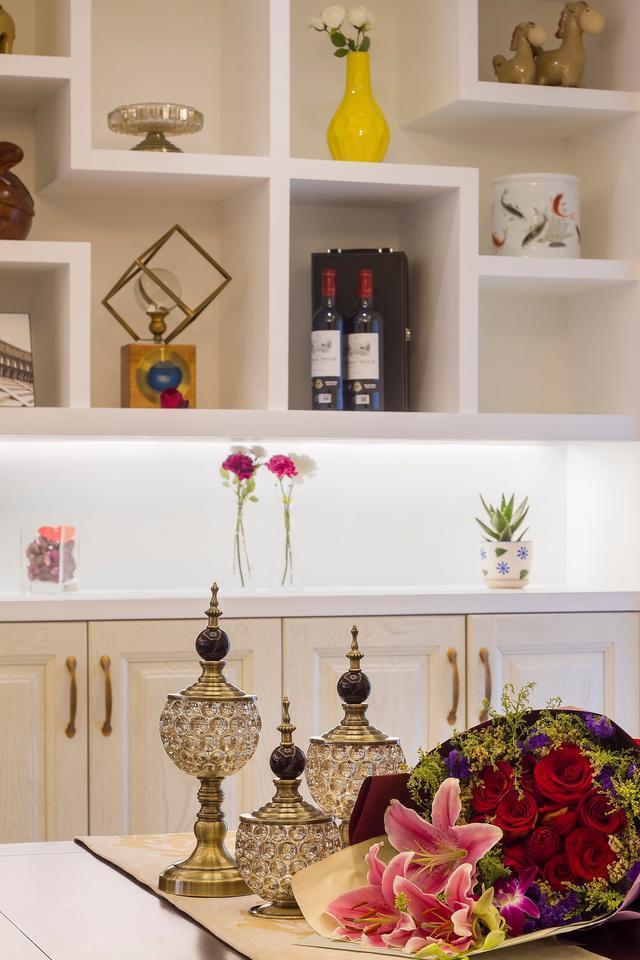 在酒柜餐边柜对面的,就是入户玄关的鞋柜跟换鞋凳,整个空间的收纳丰富图片