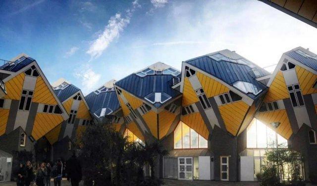 捷克  会跳舞的房子  图 / 穷游 er inhiu 这间会跳舞的房子建造于 1996 年,灵感来自于上世纪三四十年代在美国红极一时的踢踏舞明星弗莱德和金格。两人合作上演了多部轻歌曼舞的喜剧电影,其柔软的舞姿和不失现代感的利落风格倾倒无数狂热的影迷。  图 /ins : luxurylifestylemagazine 跳舞楼左边那幢玻璃楼就是舞后金格,而右边的白楼就是弗莱德,楼顶的半球形玻璃餐厅是他的礼帽,在四层楼处陡然伸出的、也是整幢大楼中惟一的阳台,仿佛是弗莱德搂住金格腰的那只手。这幢充满艺术气息的