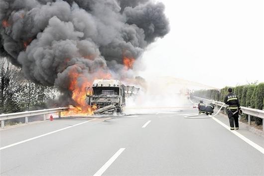 二广高速上大货车起火 一车货物烧光无人员伤亡