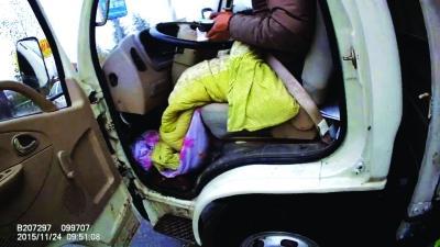 货车司机裹着棉被就把车开上了高速。通讯员左腾 摄