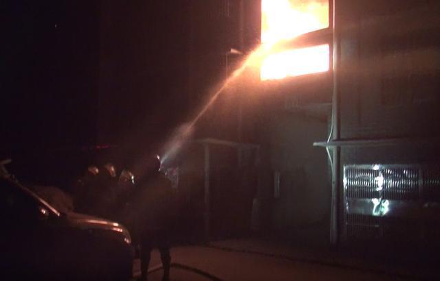 黄石一还建楼凌晨突发大火 消防出动迅速扑灭