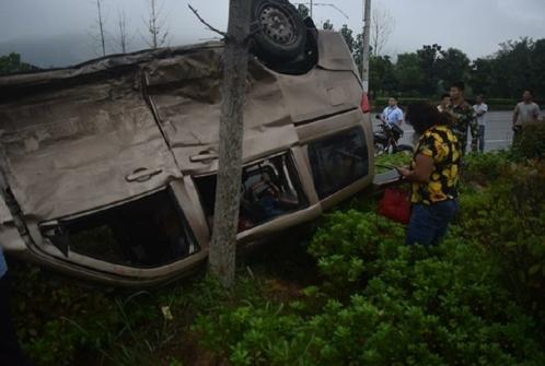 面包车与越野车相撞后仰翻 消防员救出被困两人