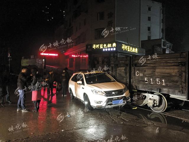 桥头火车与轿车雪夜相撞 警方已介入调查(图)